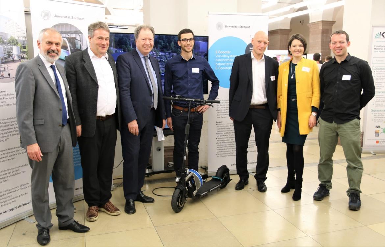 Ein Teil des MobiLab Teams mit dem autonomen E-Scooter des IST bei der Preisverleihung des Ideenwettbewerbs für nachhaltige Mobilität auf dem Campus